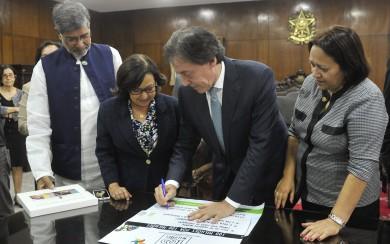 Presidente do Senado e as senadoras Lídice da Mata e Fátima Bezerra na assinatura do protocolo de participação da campanha junto com o Prêmio Nobel da Paz 2014, o indiano Kailash Satyarthi (Foto: Jane Araujo, Agência Senado)